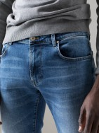 Chino slim fit microestampado
