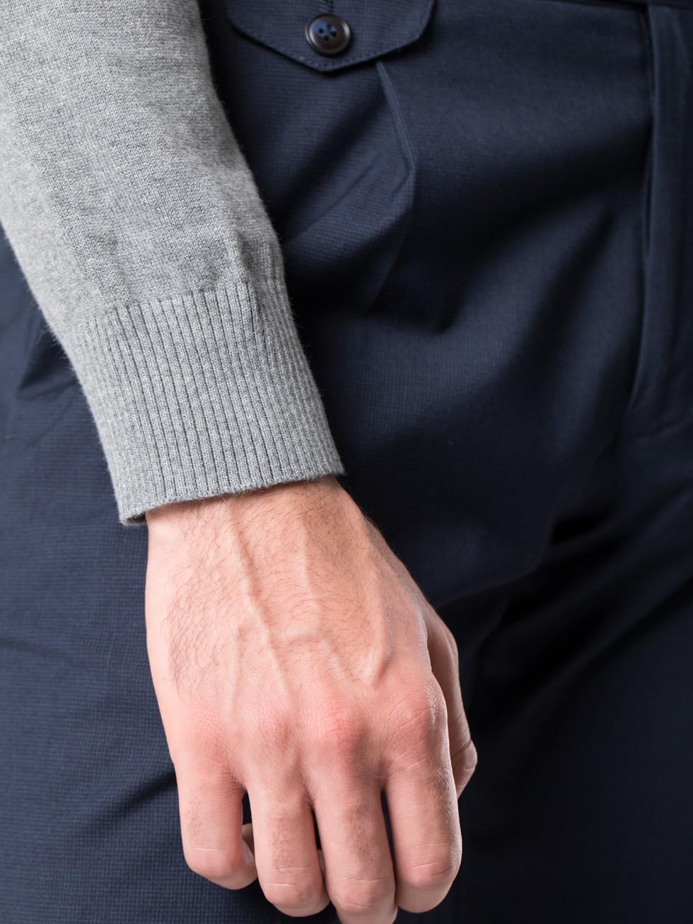Jersey cuello pico gris jaspeado
